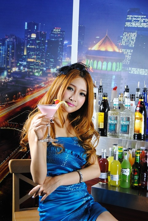 Where to Meet Filipinas: At The Bar